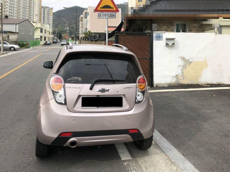 다른 차량이 주차장 입구를 막고 있다. 사진=자동차 커뮤니티 '보배드림' 캡처