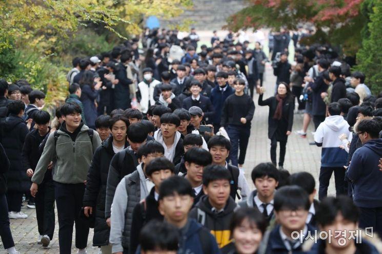 2020학년도 대학수학능력시험을 하루 앞둔 13일 서울 용산구 용산고등학교에서 고3 수험생들이 선생님과 후배들의 응원을 받으며 하교하고 있다. /문호남 기자 munonam@