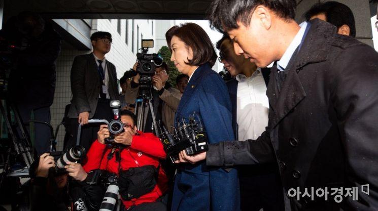 나경원 자유한국당 원내대표가 13일 서울 양천구 남부지방검찰청에서 패스트트랙 충돌 사건에 대한 조사를 받기 위해 출석하고 있다./강진형 기자aymsdream@