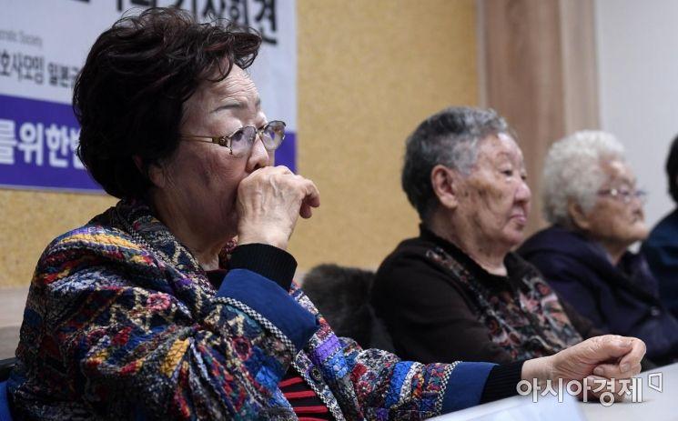 위안부 피해자 할머니들과 시민단체 관계자들이 13일 3년만에 개시된 일본정부 상대 손해배상청구 소송 첫 변론기일 재판에 앞서 민주사회를 위한 변호사모임(민변) 대회실에서 기자회견을 하고 있다./김현민 기자 kimhyun81@