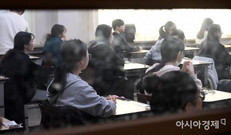 2020학년도 대학수학능력시험이 치러진 14일 서울 서초구 반포고등학교 시험장에서 수험생들이 시험을 준비하고 있다./김현민 기자 kimhyun81@