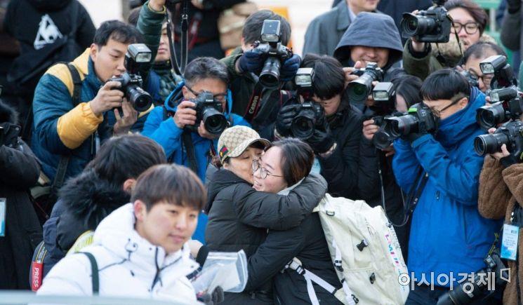 2020년도 대학수학능력시험일인 14일 서울 중구 이화여자외국어고등학교에 마련된 시험장 앞에서 한 수험생이 어머니와 포옹하고 있다./강진형 기자aymsdream@