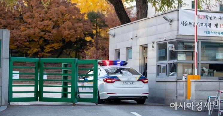 수험생이 탑승한 경찰차가 수능 시험장으로 들어서고 있다./강진형 기자aymsdream@