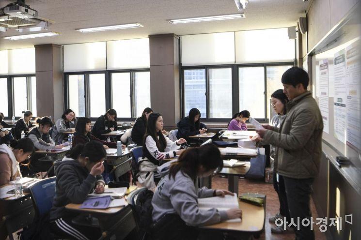 2020년도 대학수학능력시험일인 14일 서울 중구 이화여자외국어고등학교에서 수험생들이 시험 시작을 기다리고 있다./강진형 기자aymsdream@