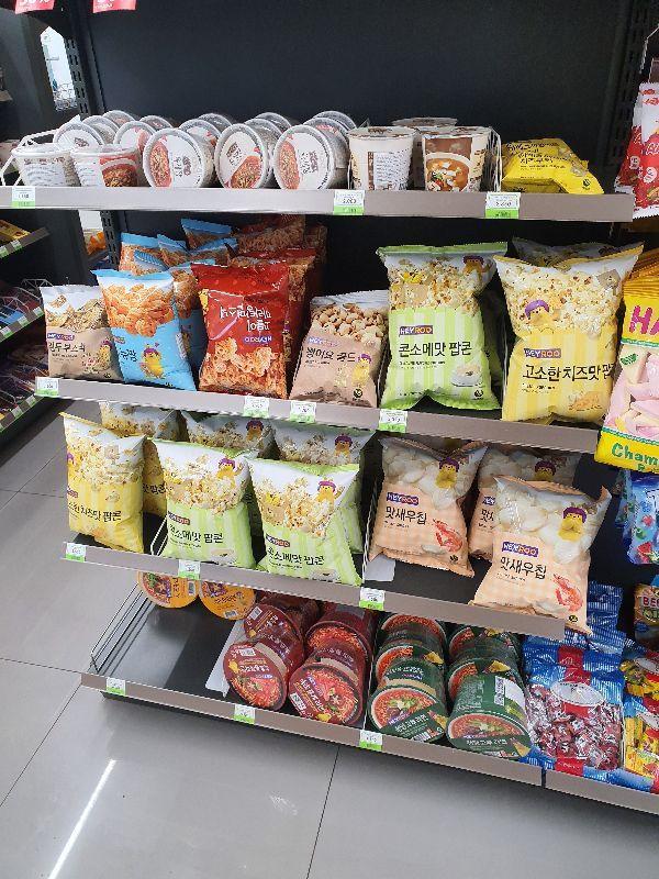 몽골 CU에 진출한 한국 CU의 다양한 PB제품. 현지 관계자에 따르면 '치즈맛라면'이 가장 인기가 높다고 한다. 성기호 기자 kihoyeyo@