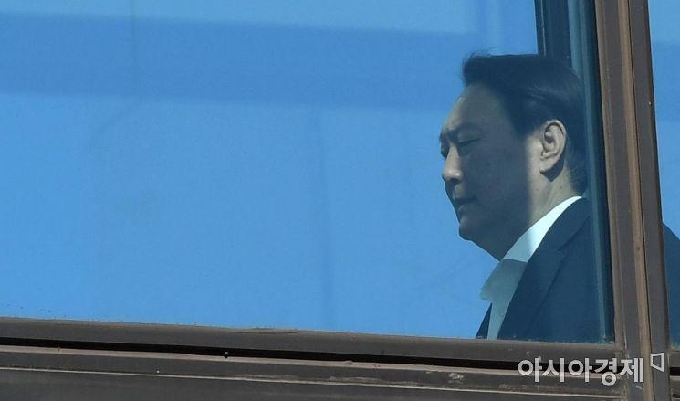 [포토] 윤석열 총장에 드리운 그림자