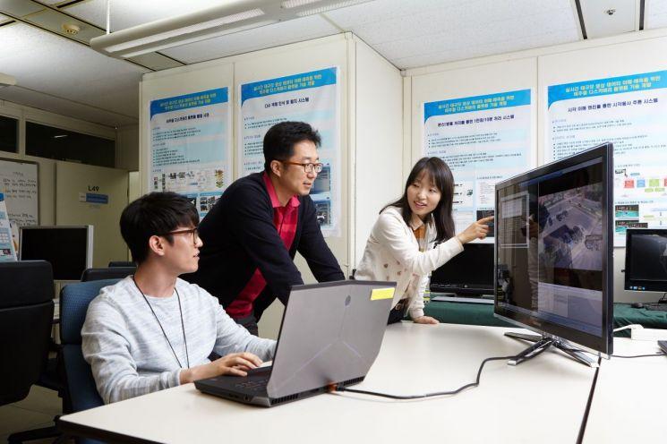 ETRI 연구진이 시각지능 관련 빅데이터 연구를 논의하고 있다.