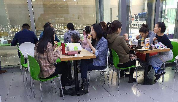 점심시간 몽골 CU 샹그릴라점의 모습. 직장인들이 편의점에서 점심식사를 해결하는 모습을 자주 볼 수 있었다. 성기호 기자 kihoyeyo@
