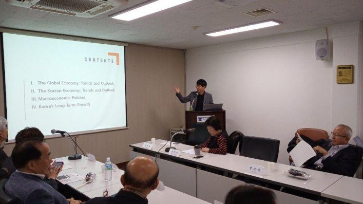 "KDI ""내년 경제성장률 2.3%…기업 체감 경기는 별개 문제"""
