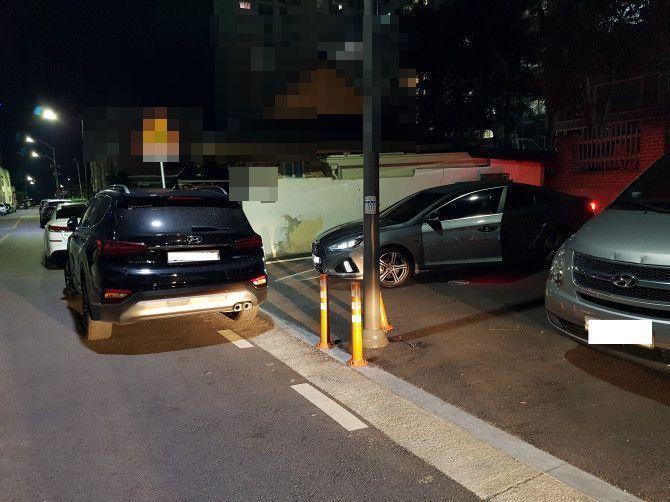 한 차량이 주차장 입구를 막고 있다. 사진=자동차 커뮤니티 '보배드림' 캡처