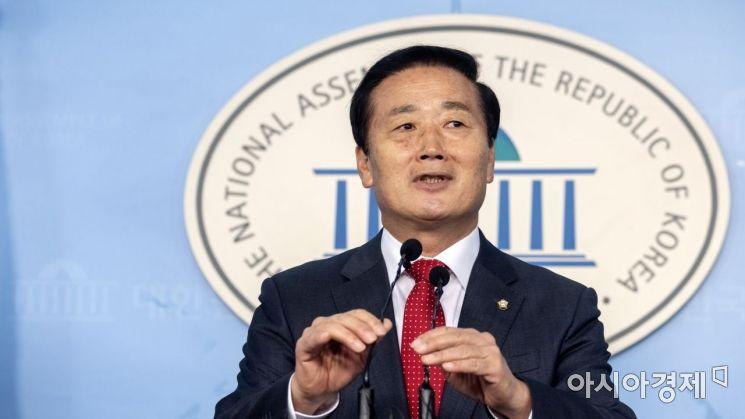 김성찬 자유한국당 의원이 15일 국회에서 내년 총선 불출마 선언 기자회견을 하고 있다./윤동주 기자 doso7@