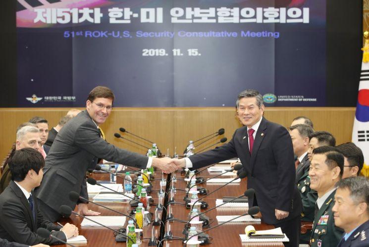 정경두 국방부 장관과 마크 에스퍼 미 국방부 장관이 15일 오전 서울 용산구 국방부 청사에서 열린 제51차 안보협의회(SCM) 확대 회담에서 악수하고 있다.  사진=연합뉴스