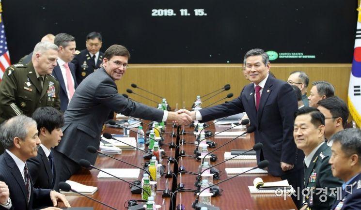정경두 국방부 장관과 마크 에스퍼 미 국방부 장관이 15일 오전 서울 용산구 국방부 청사에서 열린 제51차 안보협의회(SCM) 확대 회담에서 악수하고 있다./김현민 기자 kimhyun81@