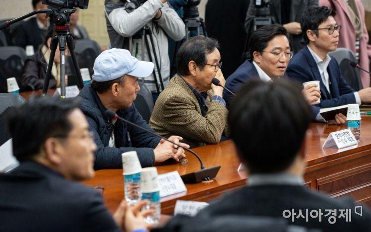 [포토]김연철 장관 기다리는 금강산 관광 사업자들