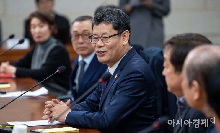 [포토]금강산 문제 해결 위한 사업자 간담회 참석한 김연철 장관