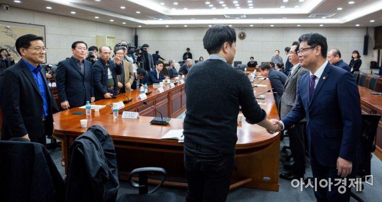 [포토]금강산 관광 사업자들과 인사하는 김연철 통일부 장관