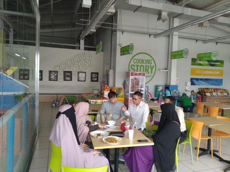 인도네시아 2호점인 자티 아시점 쿠킹스토리에서 만난 메따씨는 GS수퍼마켓을 즐겨 들른다고 설명했다.