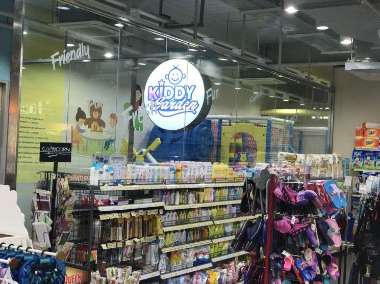 매장 바로 옆에는 어린이들이 놀 수 있는 키디 가든이 마련돼 있다.