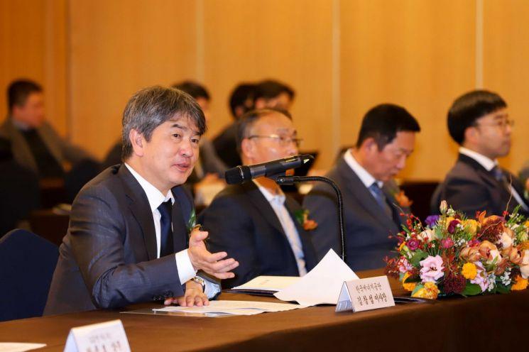 김창섭 한국에너지공단 이사장(왼쪽)이 15일 쉐라톤 서울 팔래스 강남 호텔에서 개최된 '2019년 우수사업장 인증서 수여식'에서 축하인사를 전하고 있다.