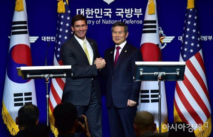 정경두 국방장관(오른쪽)과 마크 에스퍼 미 국방장관이 15일 서울 용산구 국방부에서 열린 제51차 한·미 안보협의회(SCM)를 마친 뒤 가진 공동 기자회견에서 손을 맞잡고 있다. /김현민 기자 kimhyun81@