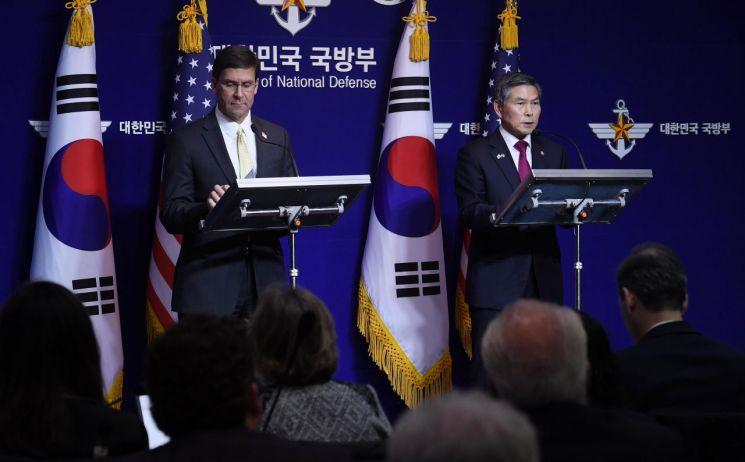 정경두 국방부 장관과 마크 에스퍼 미 국방부 장관이 15일 서울 용산구 국방부에서 제51차 한미 안보협의회의(SCM)를 실시한 뒤 공동 기자회견을 가지고 있다. [사진공동취재단]