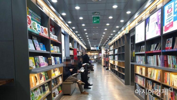서울 종로구 한 대형서점에서 방문객들이 책을 읽고 있다. 사진=허미담 인턴기자damdam@asiae.co.kr