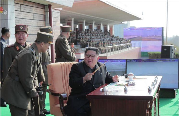 김정은 국무위원장이 원산갈마비행장에서 열린 '조선인민군 항공 및 반항공군 비행지휘성원들의 전투비행술경기대회-2019'를 참관했다고 조선중앙TV가 16일 보도했다. 김 위원장이 간부들과 경기대회를 보고 있다.