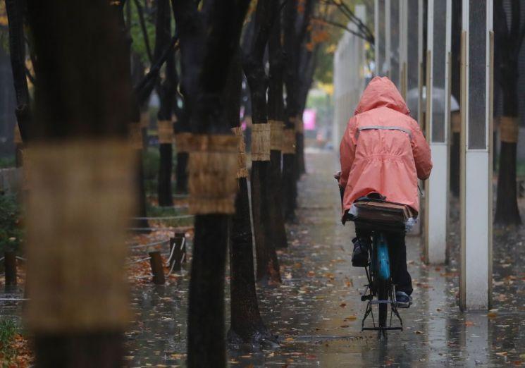 [오늘날씨] 전국에 비…'돌풍·벼락' 동반