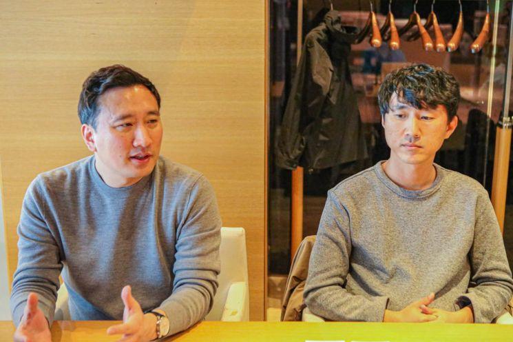 지원길 스마일게이트RPG 대표(왼쪽)와 금강선 디렉터(제공=스마일게이트)