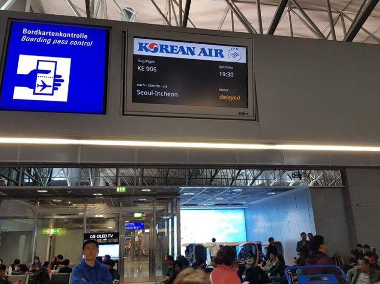 대한항공이 프랑크푸르트 공항에서 16일(현지시간) 인천공항으로 출발하는 대한항공 항공기가 지상 게이트에서 다른 항공기와 충돌해 운항이 취소됐다고 17일 밝혔다. / 사진=연합뉴스