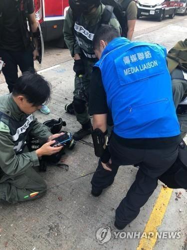 종아리에 화살을 맞은 경찰관 [홍콩 경찰 제공. AP=연합뉴스]