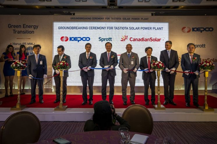 김종갑 한국전력공사 사장(왼쪽 네번째)과 관계자들이 멕시코 태양광 발전소 착공식 행사에서 리본컷팅을 하고 있다.