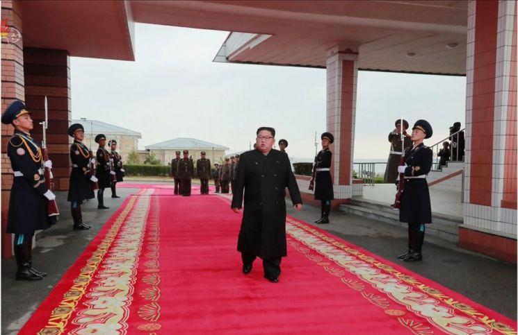 김정은 국무위원장이 원산갈마비행장에서 열린 '조선인민군 항공 및 반항공군 비행지휘성원들의 전투비행술경기대회-2019'를 참관했다고 조선중앙TV가 16일 보도했다. 김 위원장이 의장대 사이로 걸어가고 있다.