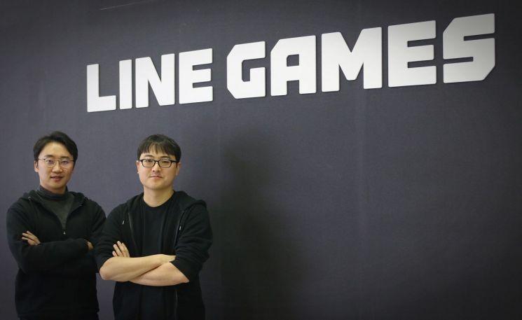 배영진 라인게임즈 최고전략책임자(CSO)와 김민규 라인게임즈 대표(오른쪽)