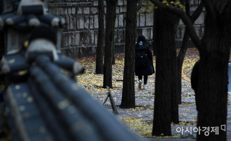 휴일부터 내리던 비가 그치고 쌀쌀한 날씨를 보인 18일 서울 중구 정동길에서 출근길 시민들이 발걸음을 옮기고 있다./김현민 기자 kimhyun81@