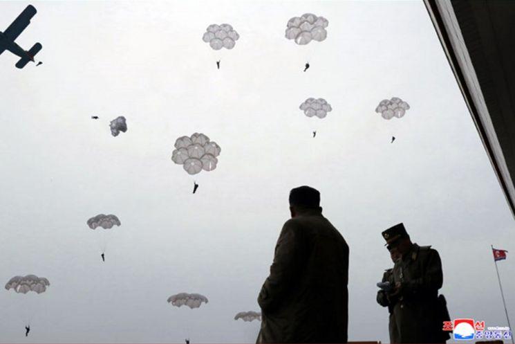북한 김정은 국무위원장이 조선인민군 항공 및 반항공군 저격병 구분대들의 강하훈련을 지도했다고 조선중앙통신이 18일 보도했다. 김 위원장이 간부들과 강하훈련을 보고 있다.