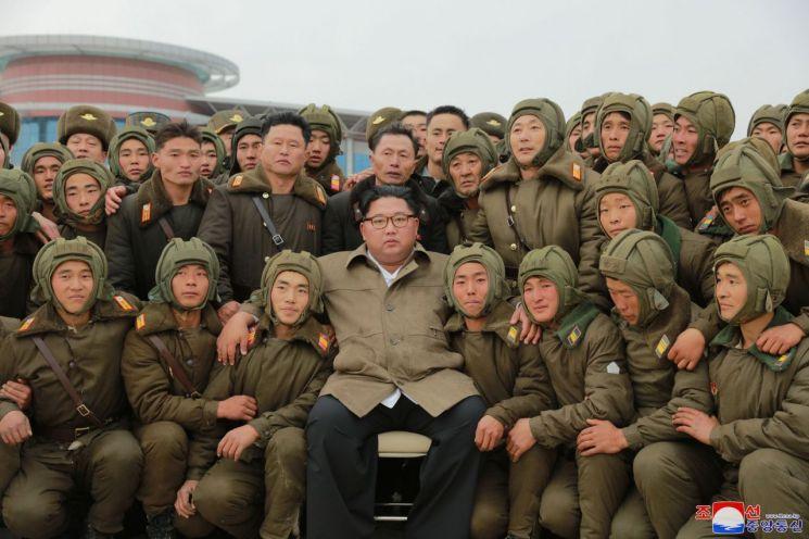 북한 김정은 국무위원장이 조선인민군 항공 및 반항공군 저격병 구분대들의 강하훈련을 지도했다고 조선중앙통신이 18일 보도했다. 사진은 김 위원장이 참가자들과 기념촬영을 하는 모습.