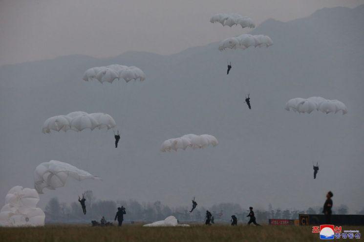 북한 김정은 국무위원장이 조선인민군 항공 및 반항공군 저격병 구분대들의 강하훈련을 지도했다고 조선중앙통신이 18일 보도했다.