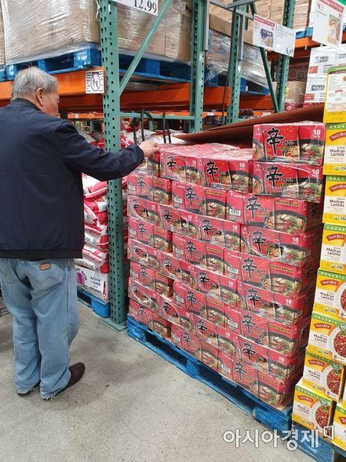 지난달 31일(현지시간) 미국  캘리포니아주 알람브라에 위치한 코스트코에서 현지인이 신라면을 구입하고 있다.