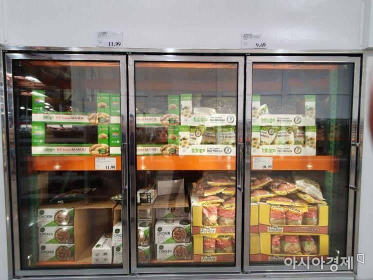 지난달 31일(현지시간) 미국  캘리포니아주 알람브라에 위치한 코스트코 매대에 진열된 CJ제일제당 비비고 제품들.