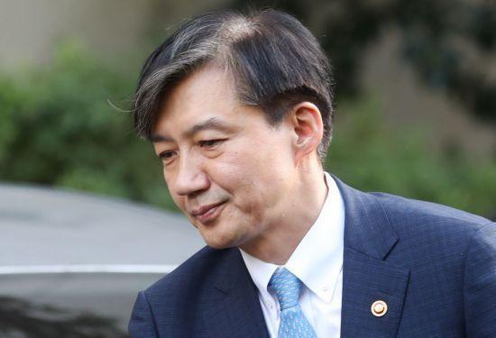 조국(54) 전 법무부 장관이 지난 10월14일 오후 방배동 자택으로 들어가고 있다/사진=연합뉴스