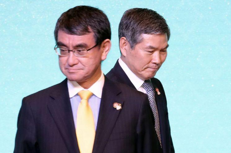 정경두 국방부 장관과 고노 다로(河野太郞) 일본 방위상이 18일 태국 방콕 아바니 리버사이드 호텔에서 열린 제6차 아세안 확대 국방장관회의(ADMM-Plus) 본회의장에서 기념촬영을 위해 자리로 향하고 있다.
