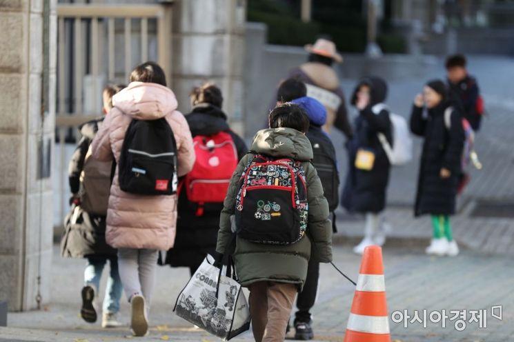올가을 들어 가장 추운 날씨를 보인 19일 서울 시내 한 초등학교에서 두꺼운 옷차림을 한 학생들이 등교를 하고 있다. /문호남 기자 munonam@