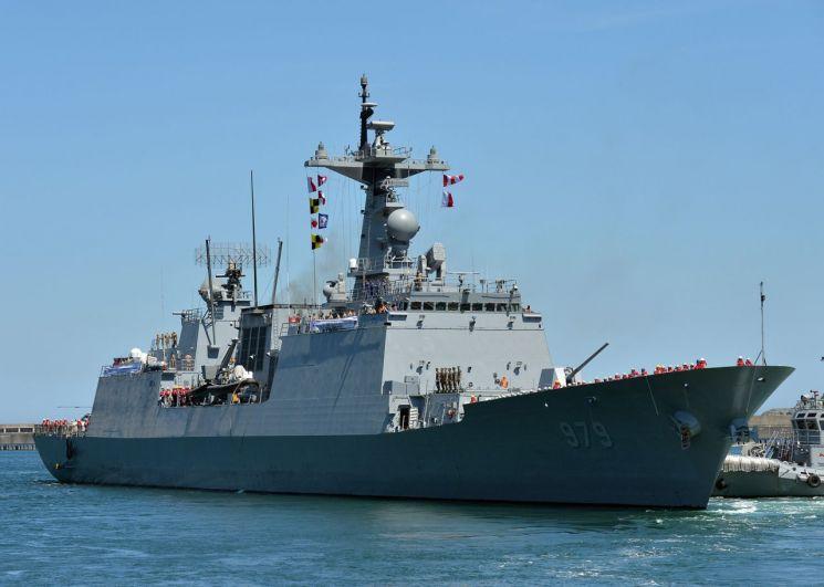 청해부대 30진 강감찬함 장병들이 파병 임무를 위해 지난 8월 13일 부산작전기지에서 해군 장병들의 환송 속에 출항하고 있다.  <사진=연합뉴스>
