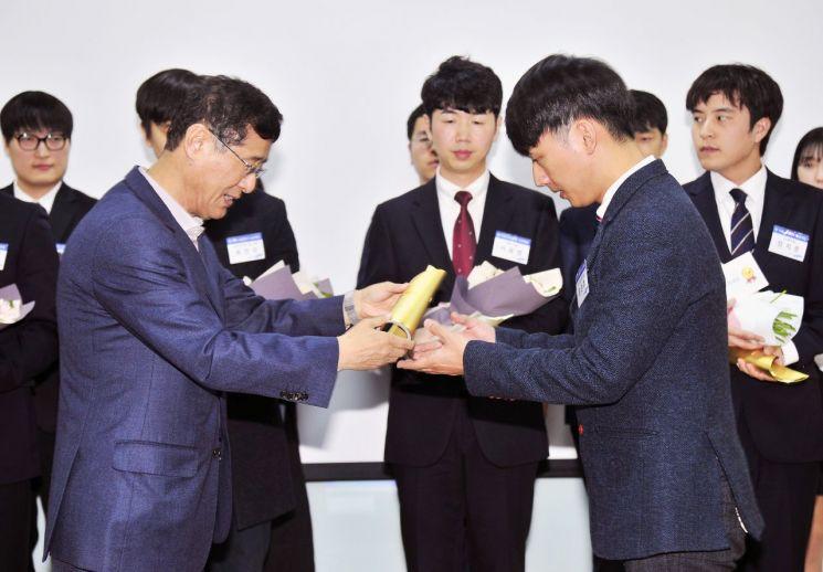 이윤태 삼성전기 사장(왼쪽)이 18일 수원사업장에서 열린 '제 15회 삼성전기 논문대상' 시상식에서 금상을 수여하고 있다.