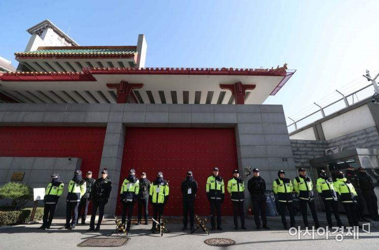 19일 홍콩 시위 지지 및 중국 정부의 탄압 중단 촉구 기자회견이 예정된 서울 명동 주한 중국대사관 앞에서 경찰들이 만일의 사태에 대비해 경계근무를 서고 있다. /문호남 기자 munonam@