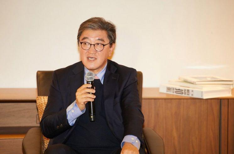 이영식 한샘 부회장(넥서스 대표)이 19일 강남구 논현동에서 열린 넥서스 플래그십 매장 오픈식에서 기자들의 질문에 답하고 있다.