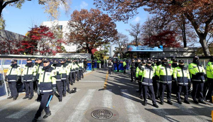 제11차 한미 방위비 분담금 특별협정(SMA) 제3차 회의가 열리는 19일 오전 서울 동대문구 한국국방연구원 입구에서 경찰병력이 출입을 통제하고 있다. [이미지출처=연합뉴스]