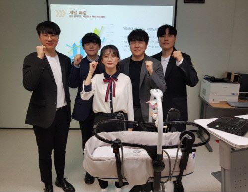 '2019 한이음 공모전 3차 종합평가'에 참여한 한국산업기술대학교 학생들이 기념사진을 촬영하고 있다.