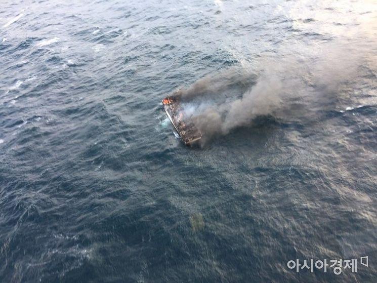 19일 오전 제주 차귀도 서쪽 해상에서 통영 선적 연승어선 대성호(29t·승선원 12명)에 화재가 발생해 해경이 구조·수색에 나섰다. [사진=제주해경]